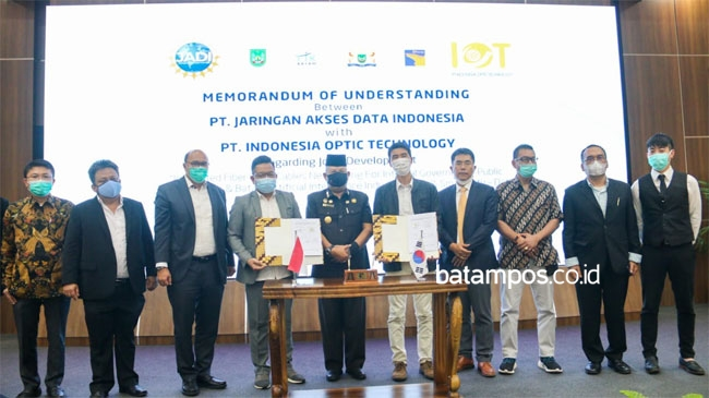 Jaringan Akses Data Indonesia bersama Indonesia Optic Technology (IOT) memperlihatkan kerja sama atau memorandum of understanding (MoU) terkait pengembangan Batam sebagai Industri Artificial Intelligence (AI) dan sebagainya di Kota Batam. Foto: Istimewa untuk batampos.co.id
